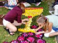 Blumenteppichlegen für die Fronleichnamsprozession nach Bichl