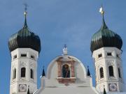 Türme der Basilika. Im Giebel der Hl. Benedikt.